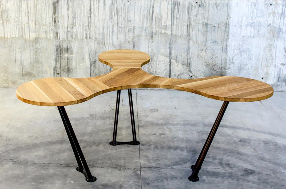 Table de réunion design original en bois massif pour bureau