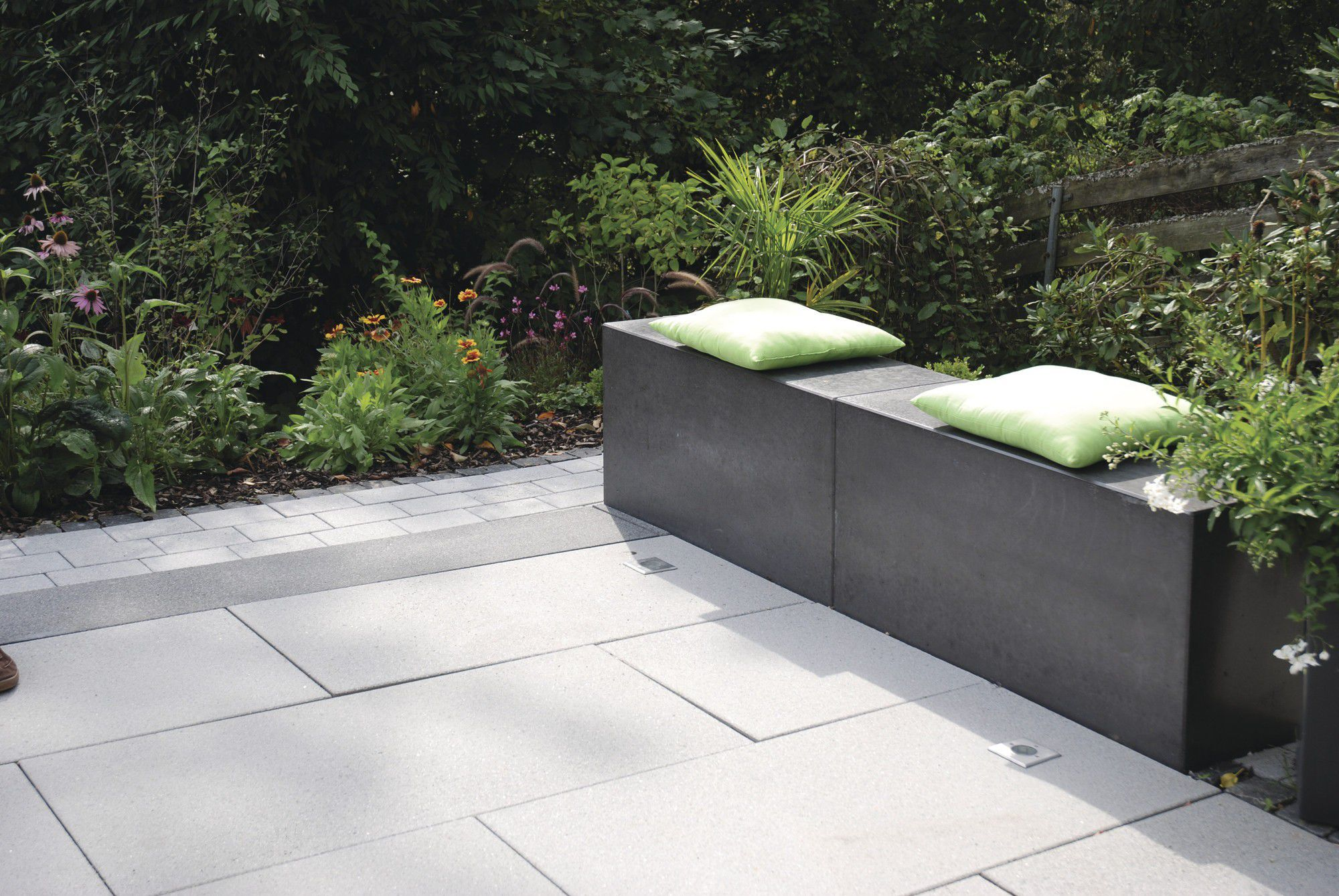 Banc de jardin contemporain en bois en inox RINNIT