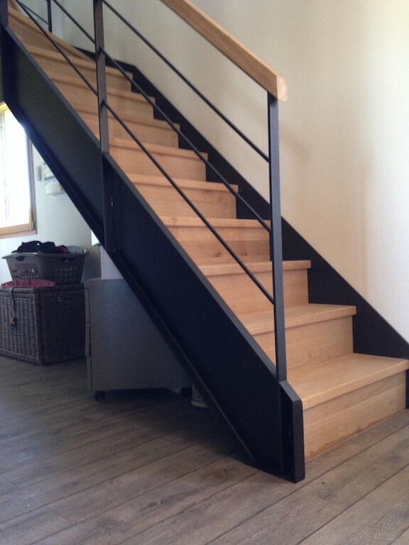 Escalier droit / structure en métal / marche en bois / avec ...