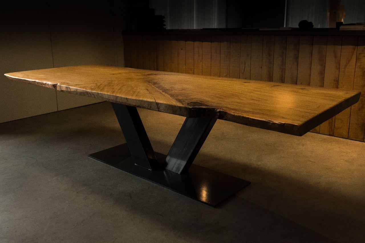 table à manger contemporaine / en bois massif / en acier