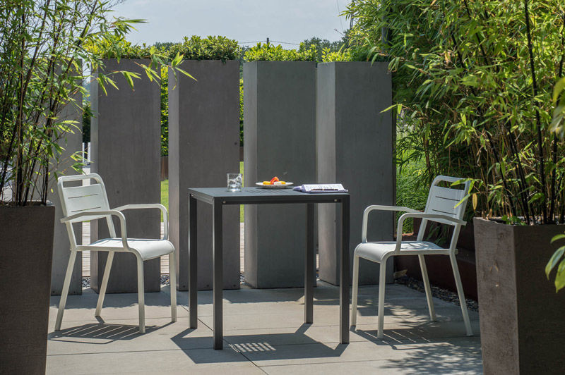 Table contemporaine / en aluminium / carrée / de jardin - URBAN by ...
