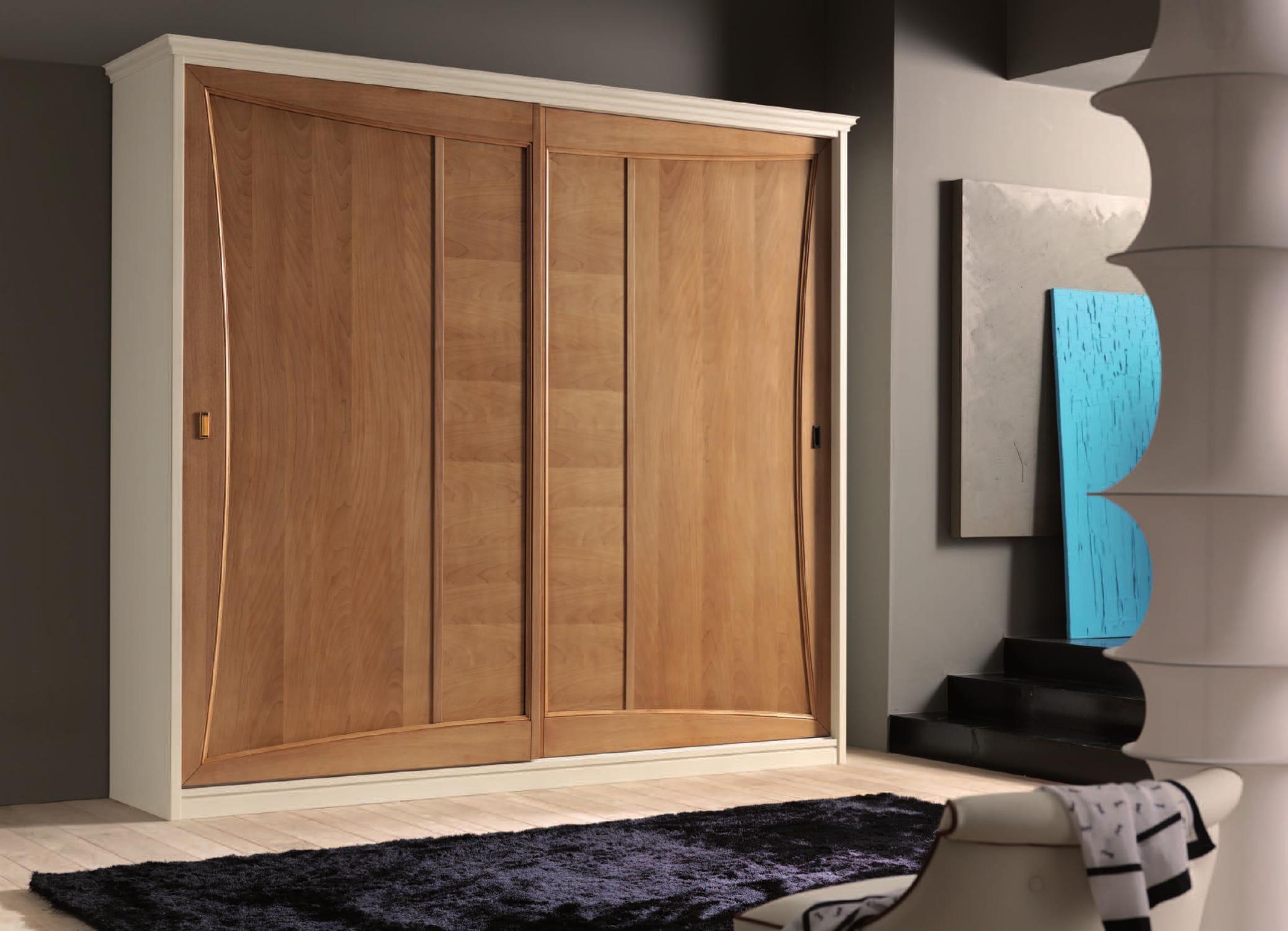 Armoire classique en bois en bois laqué avec porte
