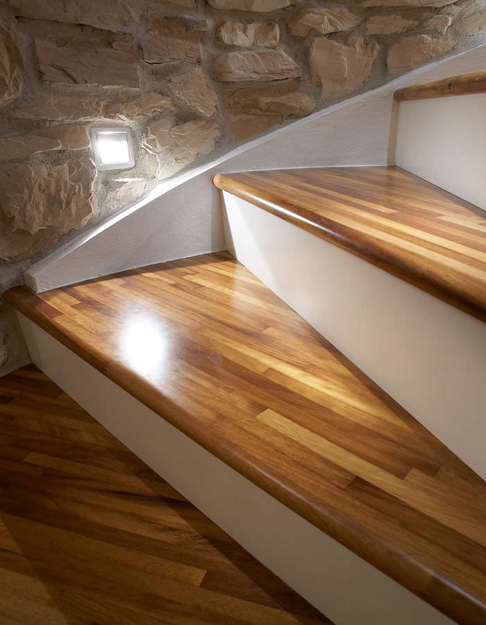 Escalier Hélicoïdal / Structure En Béton / Marche En Bois / Avec  Contremarche