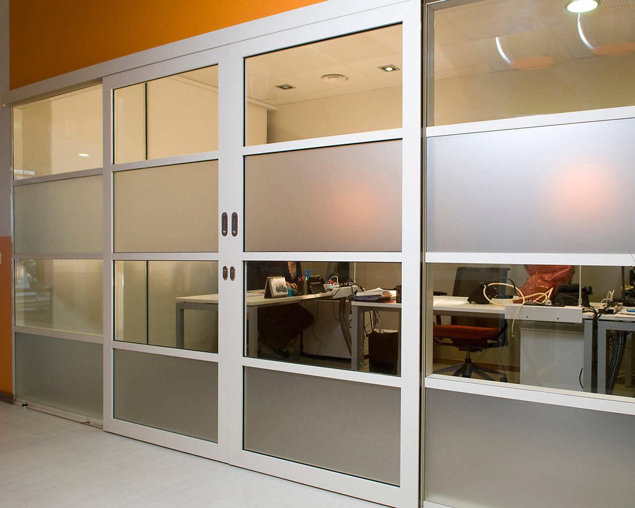 Une cloison semi vitrée coulissante en aluminium