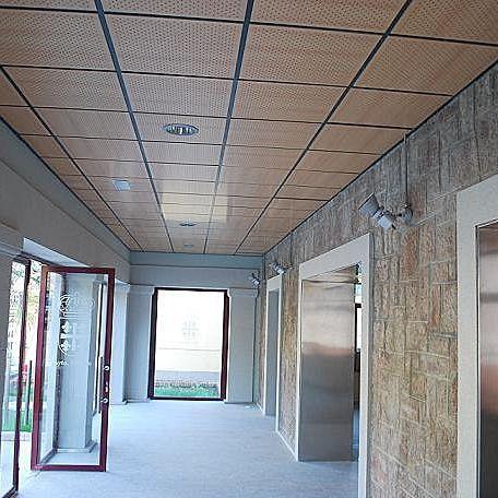 Plafond en bois contreplaqué