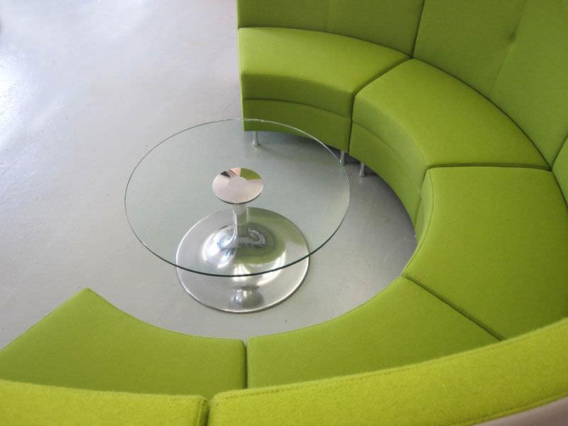 Banquette contemporaine en tissu en arc de cercle blanche