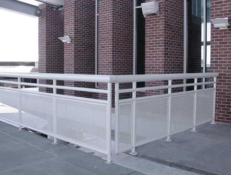 garde-corps en aluminium / en tôle perforée / d'extérieur / pour