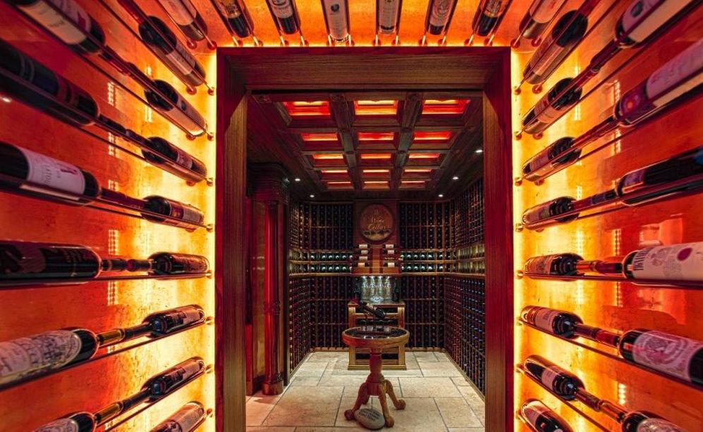Cave à vin résidentielle sous plan en bois sur mesure