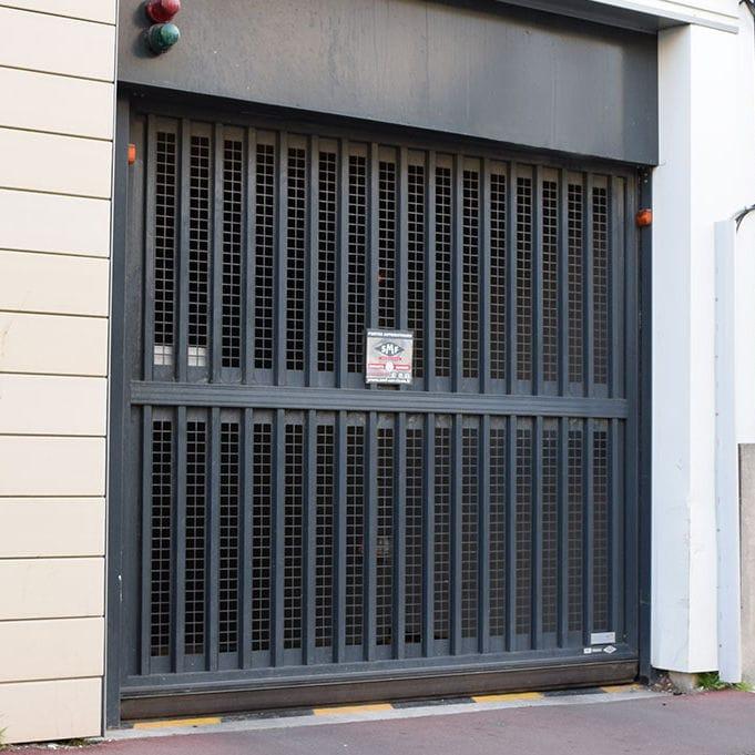 porte de garage grillagee