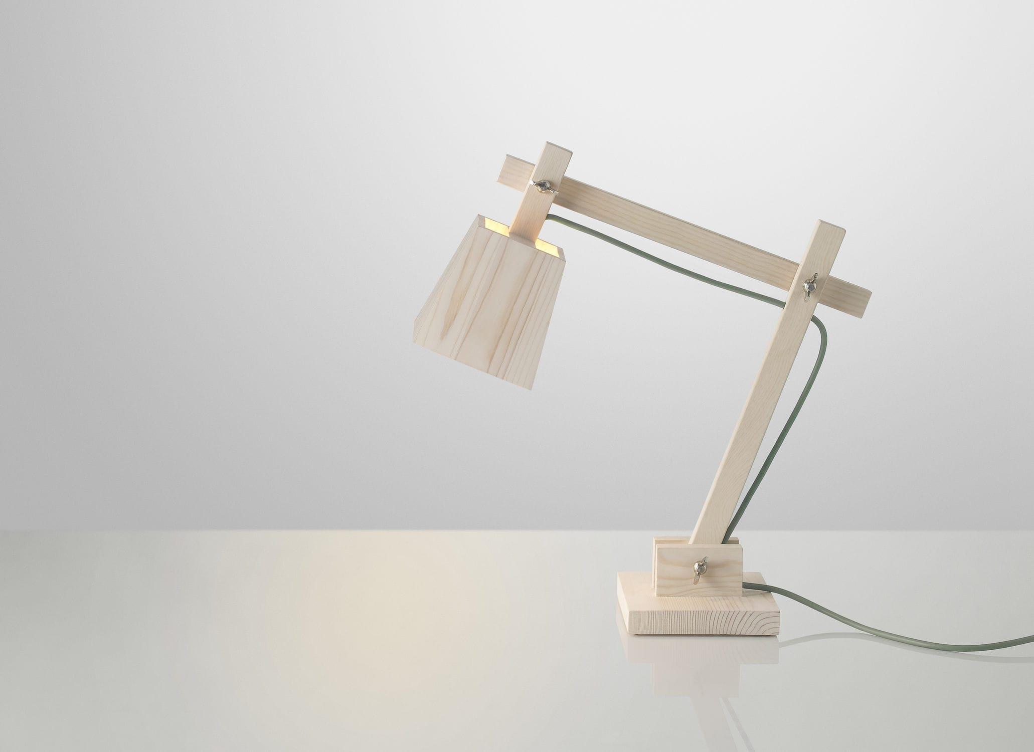 Lampe de bureau design original en bois bras articul