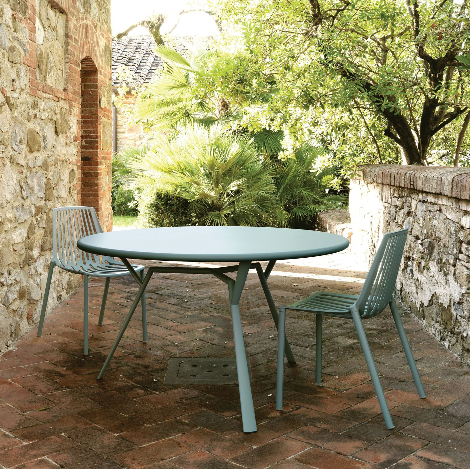 Table contemporaine / en fonte d\'aluminium / ronde / de jardin ...