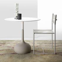 Table contemporaine / en béton / en acier laqué / en acier