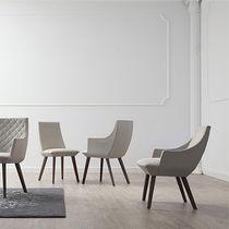 Fauteuil contemporain / en tissu / en bois / beige
