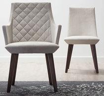 Chaise contemporaine / en tissu / en bois / avec accoudoirs