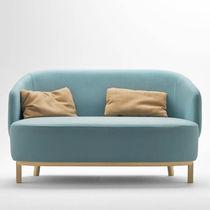 Canapé compact / contemporain / en tissu / en bois
