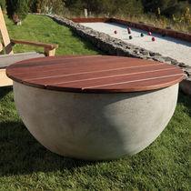 Table basse contemporaine / en bois de feuillus / en béton / de jardin