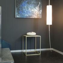Table d'appoint contemporaine / en acier laqué / en béton / carrée