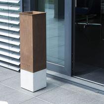 Cendrier sur pied / en acier corten / en béton / d'extérieur