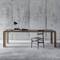 Table à manger contemporaine / en noyer / en bois massif / en châtaignier