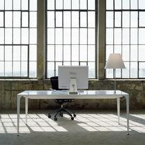 Table contemporaine / en Corian® / pour établissement public / lampe