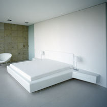 Lit double / contemporain / à tiroir / avec table de chevet intégrée