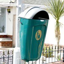 Poubelle publique / murale / en plastique recyclé / contemporaine