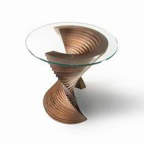 Table d'appoint design original / en bois massif / en noyer américain / en verre