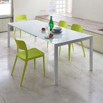 Table à manger contemporaine / en bois laqué / en verre / en acier