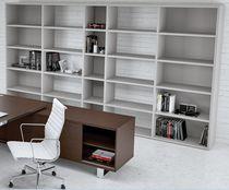 Bibliothèque contemporaine / professionnelle / en mélaminé / avec étagère
