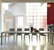 Table à manger contemporaine / en verre dépoli / en acier / en métal peint