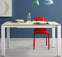 Table à manger contemporaine / en bois laqué / en verre / en aluminium