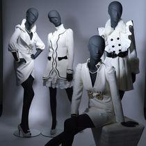 Mannequin de vitrine femme / stylisé / assis