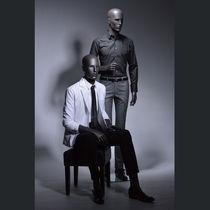 Mannequin de vitrine homme / stylisé / assis