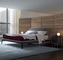 Lit double / contemporain / avec tête de lit tapissée / en tissu
