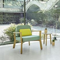 Fauteuil contemporain / en tissu / en bois / blanc