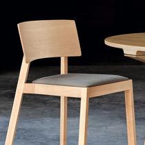 Chaise contemporaine / tapissée / empilable / ergonomique