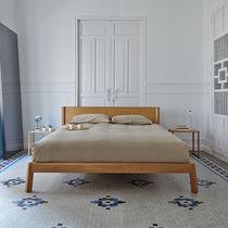 Lit double / contemporain / avec tête de lit / en bois