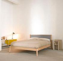 Lit double / contemporain / tapissé / en bois