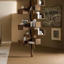 Bibliothèque sol plafond / contemporaine / en noyer / en MDF