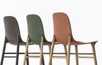 Chaise contemporaine / en bois massif / en tissu / en polyuréthane