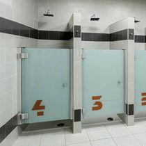 Cabine de douche en verre / pour sanitaire public / rectangulaire / avec porte battante