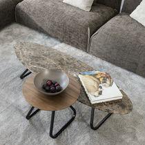 Table basse contemporaine / en noyer / en marbre / ronde