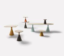 Table à manger contemporaine / en bois / en cuir / ovale