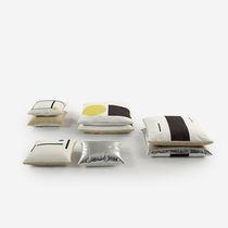 Coussin pour canapé / carré / à motif / en cuir