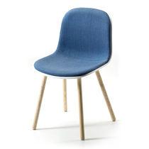 Chaise design scandinave / tapissée / en tissu / en frêne