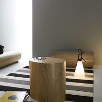 Table d'appoint contemporaine / en chêne / ovale / avec rangement