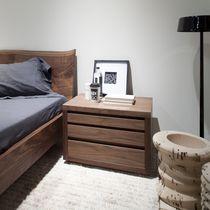 Table de chevet contemporaine / en bois massif / rectangulaire / avec tiroir