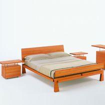 Lit double / contemporain / avec tête de lit / en bois massif