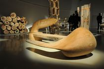 Banc design organique / en bois / par Karim Rashid