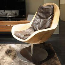 Fauteuil contemporain / en bois massif / en métal / en cuir